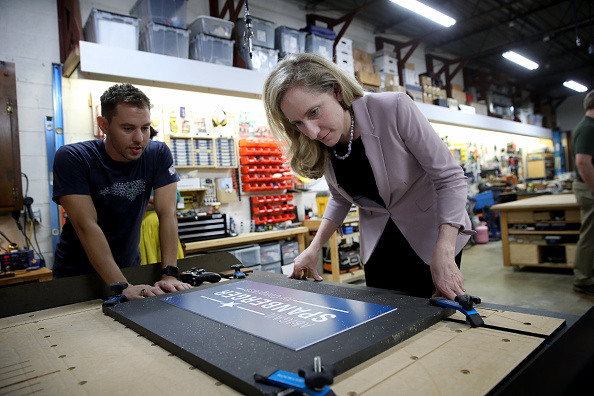 Win McNamee「Democratic Congressional Candidate Abigail Spanberger Campaigns In Virginia」:写真・画像(13)[壁紙.com]
