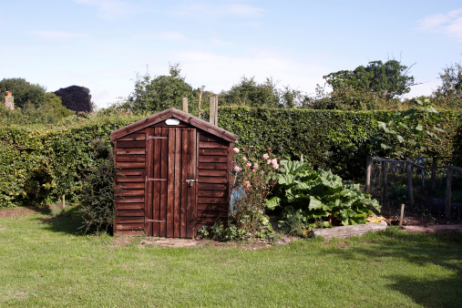 Hut「Garden shed in typical English back yard」:スマホ壁紙(2)
