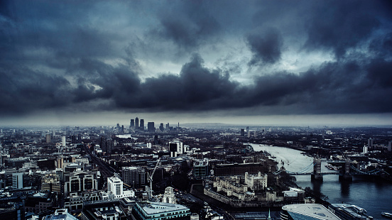 London Bridge - England「London skyine under a dark brooding sky」:スマホ壁紙(8)