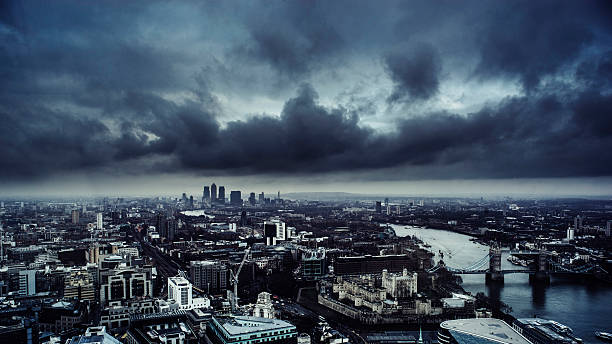 London skyine under a dark brooding sky:スマホ壁紙(壁紙.com)