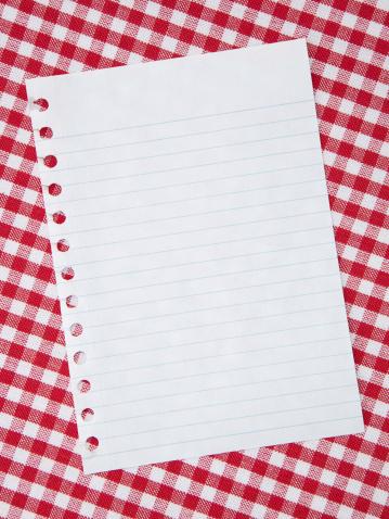 タータンチェック「ホワイトノート紙の背景に赤のテーブルクロス」:スマホ壁紙(2)