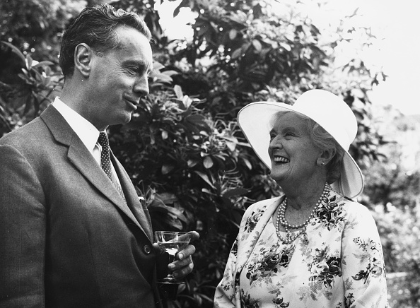 作家「Dame Sybil Thorndike And William Douglas-Home」:写真・画像(0)[壁紙.com]