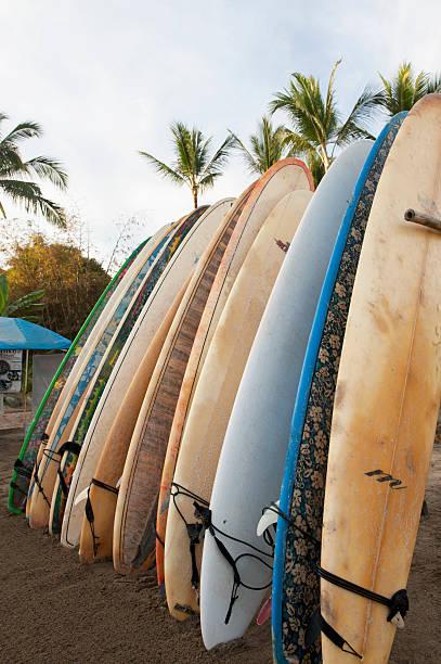 Surfboards Standing Up Against A Rack On The Beach:スマホ壁紙(壁紙.com)
