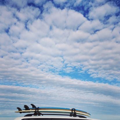 最上部「Surfboards stacked on the roof of a car」:スマホ壁紙(5)