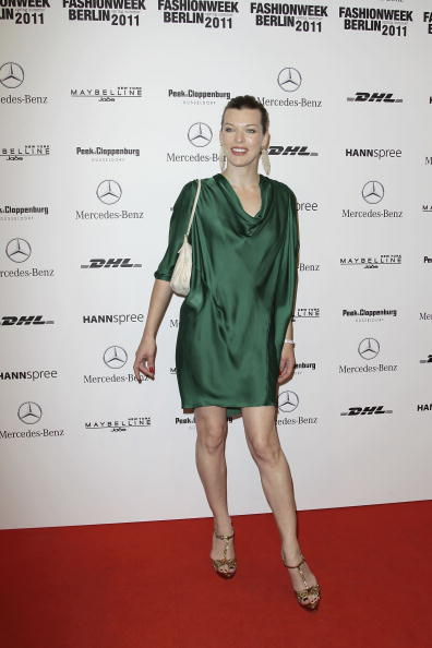 ミラ・ジョヴォヴィッチ「Schumacher Show - Mercedes Benz Fashion Week Spring/Summer 2011」:写真・画像(2)[壁紙.com]