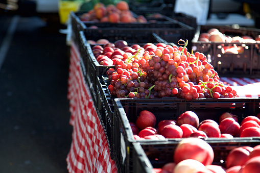 桃「Grapes and nectarines in crates at a farmer's market」:スマホ壁紙(12)