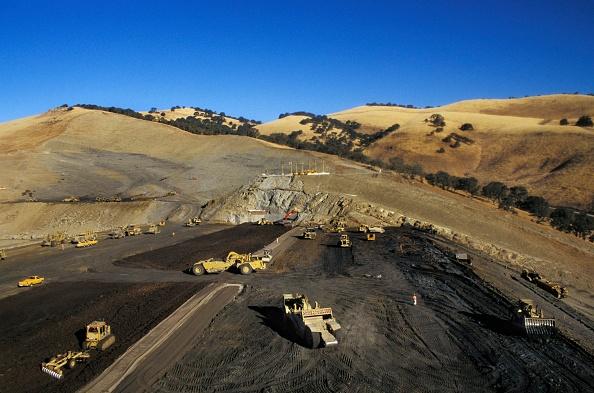 Construction Industry「Excavating machines working on huge earthen dam in California, USA」:写真・画像(17)[壁紙.com]