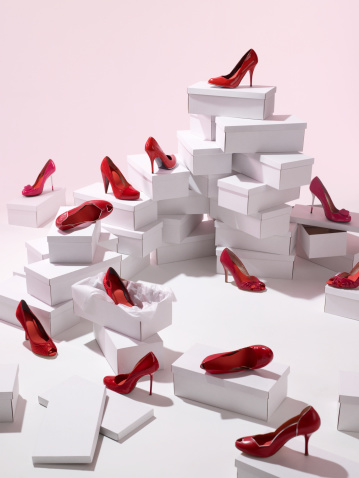 Conformity「Various red shoes on top of shoe boxes」:スマホ壁紙(1)