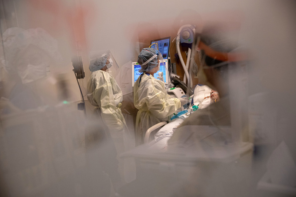 Nurse「Stamford Hospital Inundated With Patients During Coronavirus Pandemic」:写真・画像(17)[壁紙.com]