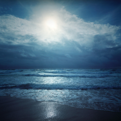 Moonlight「Moon illuminating beach and Atlantic Ocean at dusk」:スマホ壁紙(18)