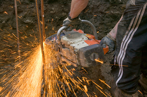Grinder - Industrial Equipment「Builder using an angle grinder」:写真・画像(12)[壁紙.com]