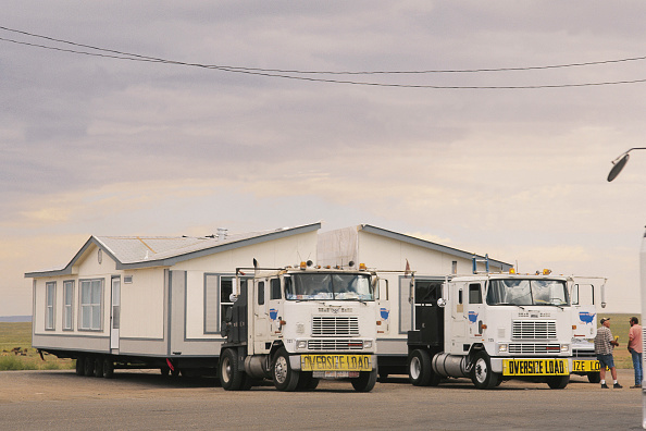 Portability「Moving new built portable house by two trucks - USA」:写真・画像(9)[壁紙.com]