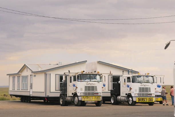 Moving new built portable house by two trucks - USA:ニュース(壁紙.com)