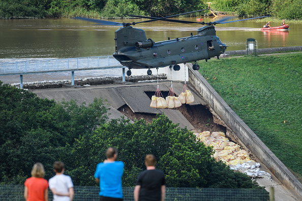 CH-47 Chinook「Town Of Whaley Bridge Evacuated After Dam Collapse」:写真・画像(3)[壁紙.com]