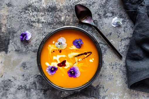 Mash - Food State「Bowl of creamed pumpkin soup garnished with edible flowers」:スマホ壁紙(14)