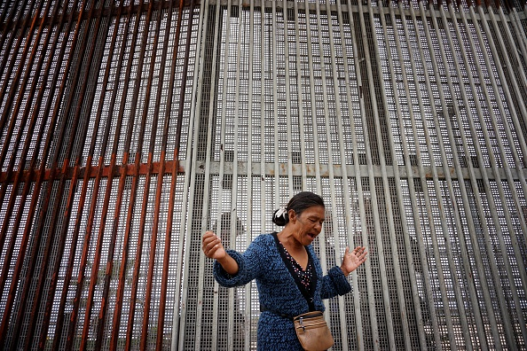 Baja California Peninsula「Church Service Held at US/Mexico Border Fence」:写真・画像(11)[壁紙.com]