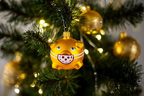 Christmas Decoration「Maker Of Bohemia's Hand-Blown Christmas Decorations Offers Covid-Themed Bauble」:写真・画像(13)[壁紙.com]
