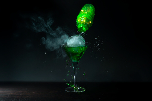 Dry Ice「Cocktail pouring into a glass」:スマホ壁紙(4)