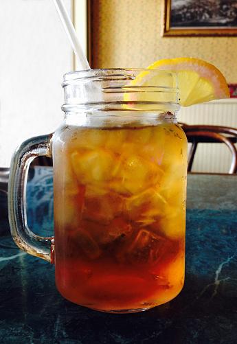 かんきつ類「Mug of iced tea with a lemon slice on a table」:スマホ壁紙(10)