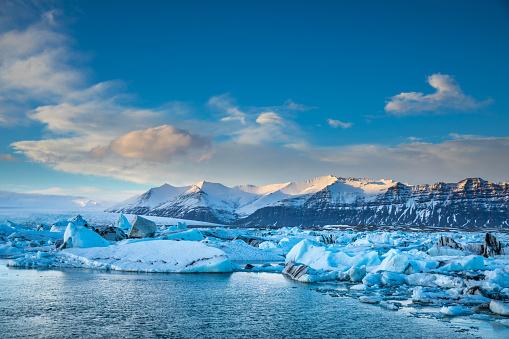 北極「アイスランド - ラグーンに浮かぶ青い氷山の氷河」:スマホ壁紙(4)