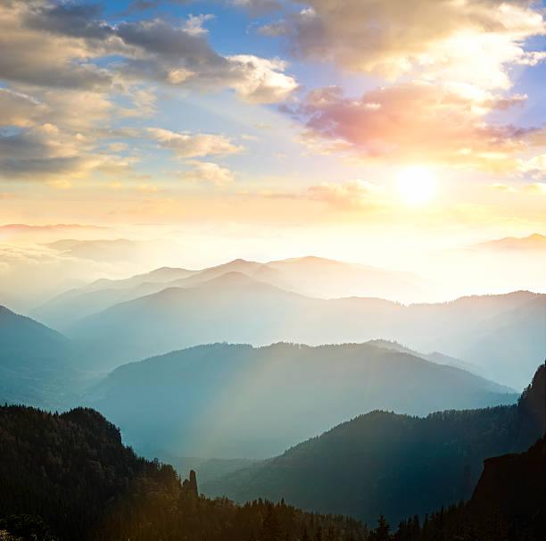 山脈を背景に沈む夕日:スマホ壁紙(壁紙.com)