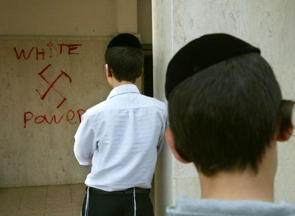 Graffiti「Synagogue Walls Desecrated With Anti-Semitic Graffiti」:写真・画像(7)[壁紙.com]