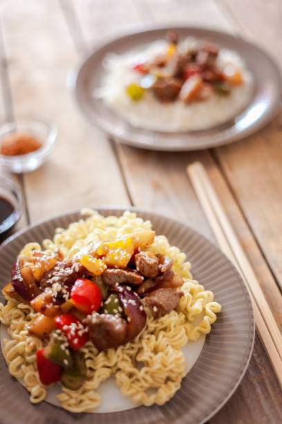 Sweet and sour pork with veggies and fruits, served with rice noodles:スマホ壁紙(壁紙.com)