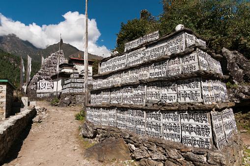 Khumbu「Mani prayer stone along Everest trail in Ghat town」:スマホ壁紙(6)