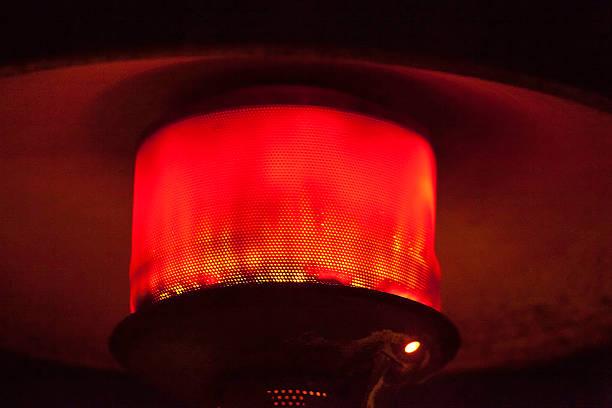 Red glow of an outdoor heater:スマホ壁紙(壁紙.com)