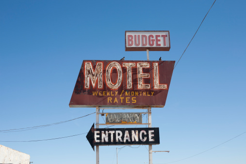 Sign「USA, Arizona, Winslow, Old-fashioned motel sign against blue sky」:スマホ壁紙(17)