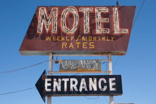 Motel「USA, Arizona, Winslow, Old-fashioned motel sign against blue sky」:スマホ壁紙(0)