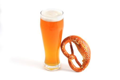 お祭り「オクトーバーフェストオブジェクトのようなガラスの小麦ビールやプレッツェル」:スマホ壁紙(7)