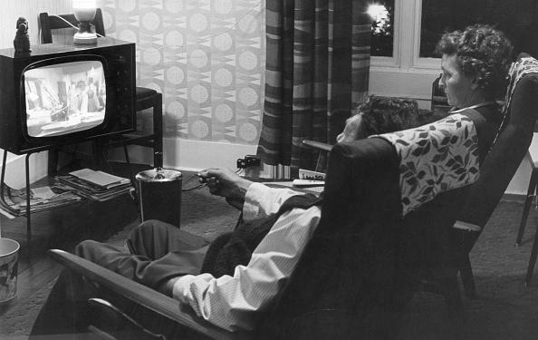 Domestic Life「Watching TV」:写真・画像(1)[壁紙.com]