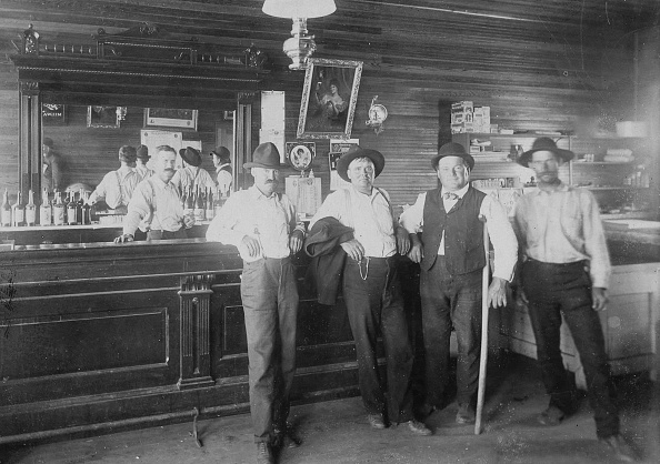 Saloon「Wild West Saloon Replete With Advertising Signs」:写真・画像(1)[壁紙.com]