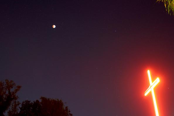 星空「Full Lunar Eclipse Visible As Moon Aligns Into Earth's Shadow」:写真・画像(7)[壁紙.com]