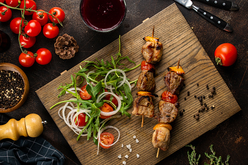 Arugula「Grilled meat skewers and salad on cutting board」:スマホ壁紙(17)