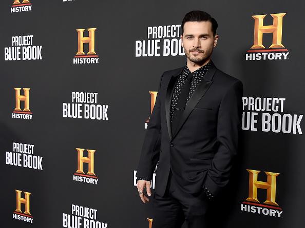 "Tuxedo Suit「premiere for History Channel's ""Project Blue Book"" - Arrivals」:写真・画像(7)[壁紙.com]"