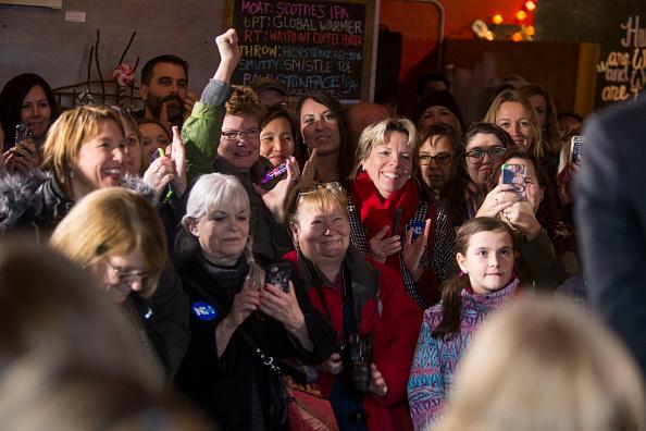 Women's Soccer「Lena Dunham And Abby Wambach Attend Women For Hillary Events」:写真・画像(19)[壁紙.com]