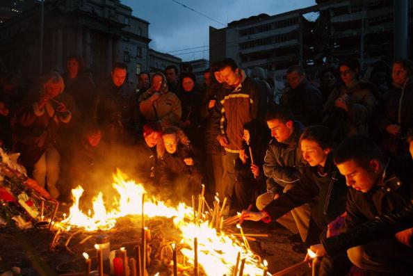 Lighting Equipment「Serbians Mourn The Assassination Of Prime Minister Zoran Djindjic」:写真・画像(11)[壁紙.com]
