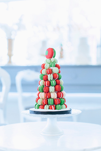Bakery「Holiday macaroon cake on table」:スマホ壁紙(10)