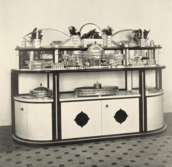 "Wiener Werkstaette Style「Credenza and dinner service in the exhibition of the Wiener Werkstaette named ""The well laid table"". Neustiftgasse 32-34. In Deutsche Kunst und Dekoration, volume XIX, 1907. page 476.」:写真・画像(14)[壁紙.com]"