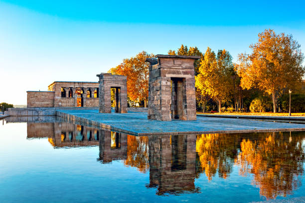 The most unusual attraction in Madrid - The Temple of Debod.:スマホ壁紙(壁紙.com)