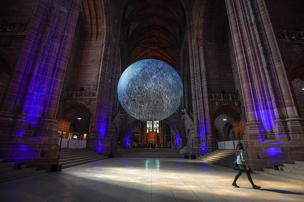 ベストオブ「Installation Artist Hangs A 23ft Replica Of The Moon」:写真・画像(8)[壁紙.com]