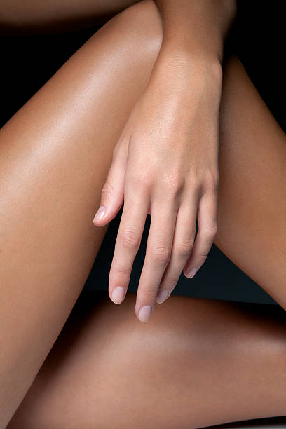 Naked young woman's hand and legs, close up.:スマホ壁紙(壁紙.com)