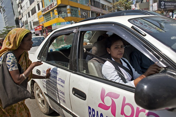 Approaching「Bangladeshi Women Attend Dhaka's Female Driving School」:写真・画像(3)[壁紙.com]