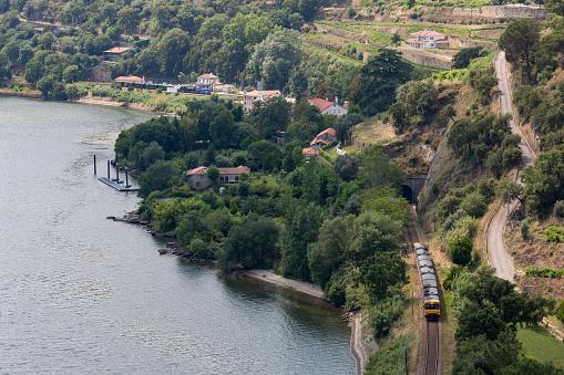 鉄道・列車「Train along the riverside of the Douro valley」:スマホ壁紙(2)