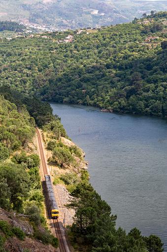 鉄道・列車「Train along the riverside of the Douro valley」:スマホ壁紙(3)