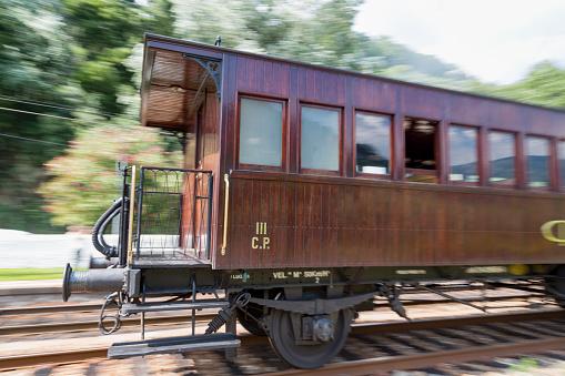 鉄道・列車「Train along the riverside of the Douro valley」:スマホ壁紙(0)