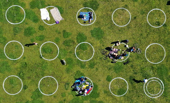 Social Distancing「Mission Dolores Park In San Francisco Encourages Social Distancing With Marked Circles」:写真・画像(15)[壁紙.com]