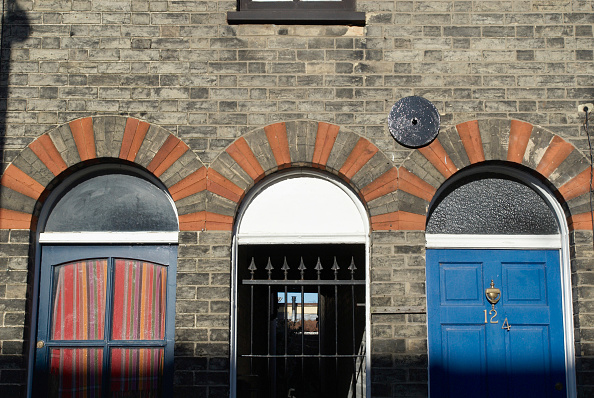 Full Frame「Decorative bricked arches above Victorian terraced housing front doors, Norwich, Norfolk, UK」:写真・画像(4)[壁紙.com]